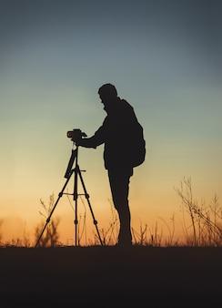 Foto vertical da silhueta de um homem na frente da câmera