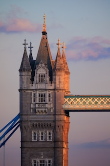Foto vertical da tower bridge st the uk