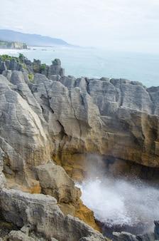 Foto vertical das pancake rocks na nova zelândia