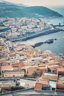 Foto vertical de alto ângulo de uma bela cidade costeira