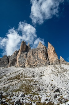Foto vertical de dolomitas italianas com os famosos três picos de lavaredo