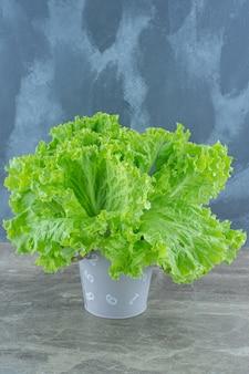 Foto vertical de folhas verdes de alface.