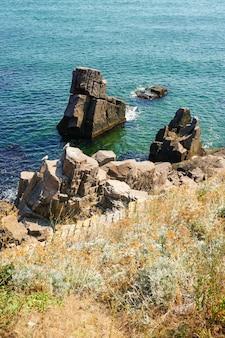 Foto vertical de formações rochosas no mar
