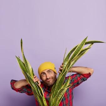 Foto vertical de homem feliz e pensativo com brislte