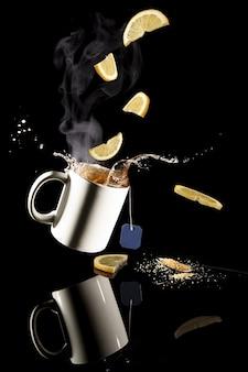 Foto vertical de limões e chá quente de limão