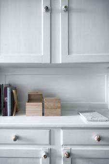 Foto vertical de móveis brancos com prateleiras dentro de uma sala