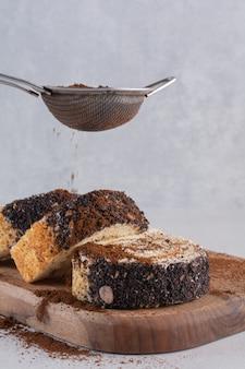 Foto vertical de rolos de bolo caseiro