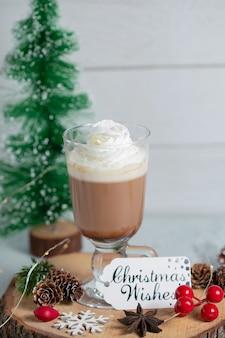 Foto vertical de sorvete cremoso de chocolate com enfeites de natal.
