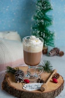 Foto vertical de sorvete fresco na placa de madeira com decorações de natal.