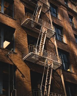 Foto vertical de um apartamento com escadas de incêndio na lateral