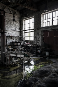 Foto vertical de um armazém abandonado e bagunçado