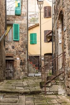 Foto vertical de um bairro antigo com casas antigas e escadas antigas