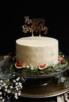 Foto vertical de um bolo de sonho de feliz aniversário com creme branco sobre preto