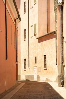 Foto vertical de um caminho no meio de edifícios durante o dia