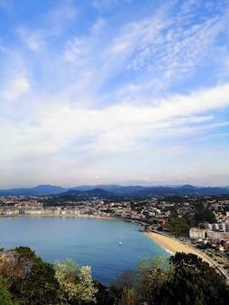 Foto vertical de um cenário perfeito de uma praia tropical na cidade turística de san sebastian, espanha