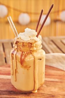 Foto vertical de um delicioso café dalgona com caramelo