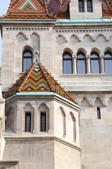 Foto vertical de um grande edifício que lembra um castelo