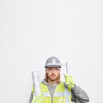 Foto vertical de um homem barbudo surpreso