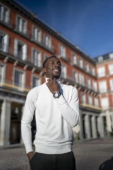 Foto vertical de um homem negro vestindo uma gola olímpica