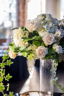 Foto vertical de um lindo buquê de casamento com lindas rosas brancas