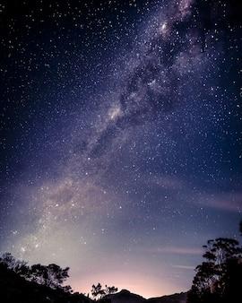 Foto vertical de um lindo céu estrelado
