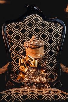 Foto vertical de um lindo presente romântico em uma cadeira chique