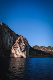 Foto vertical de um mar com falésias
