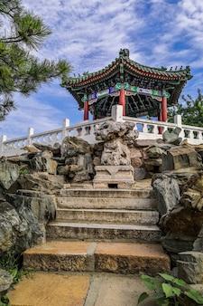 Foto vertical de um pavilhão chinês em uma colina em um parque público de ritan em pequim, china
