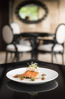 Foto vertical de um prato com camarão em um prato branco