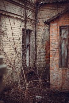 Foto vertical de um prédio abandonado de tijolos
