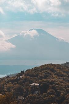 Foto vertical de uma bela paisagem montanhosa