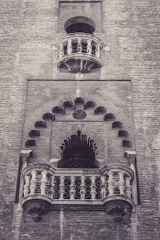 Foto vertical de uma bela varanda de um edifício histórico na espanha
