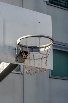 Foto vertical de uma cesta de basquete feita de correntes