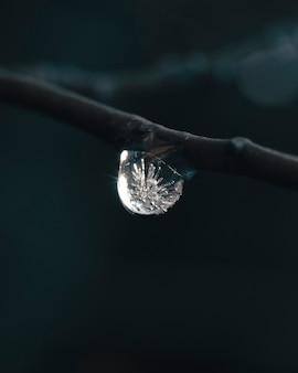Foto vertical de uma gota de água congelando