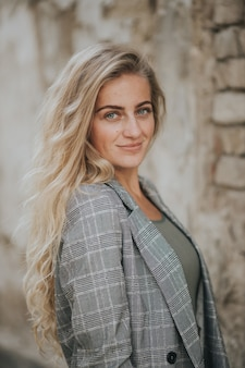 Foto vertical de uma linda mulher sorridente ao ar livre
