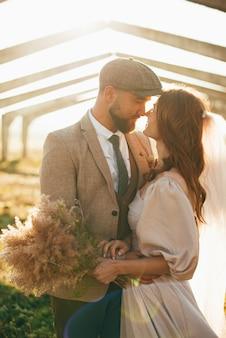 Foto vertical de uma linda noiva e do noivo olhando uns para os outros.