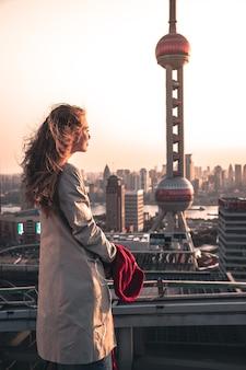 Foto vertical de uma mulher atraente apreciando a vista