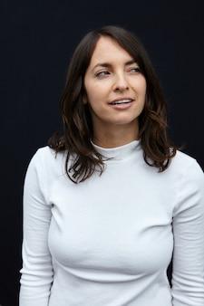 Foto vertical de uma mulher atraente olhando para o lado