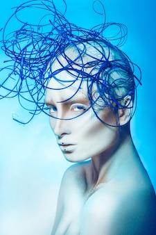 Foto vertical de uma mulher careca sexy na superfície azul