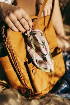 Foto vertical de uma mulher segurando um bg de couro da moda