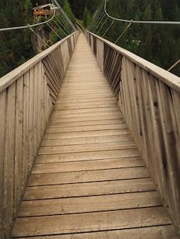 Foto vertical de uma passarela de copa