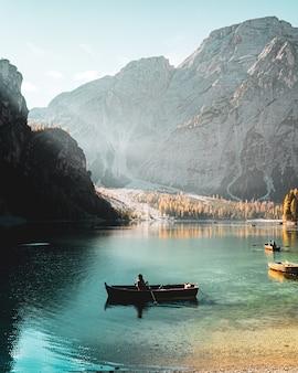 Foto vertical de uma pessoa navegando no parco naturale di fanes-sennes-braies prags, itália
