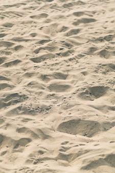 Foto vertical de uma praia arenosa