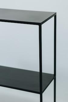 Foto vertical de uma prateleira de metal preto feita com design minimalista
