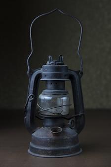 Foto vertical de uma velha lâmpada vintage de metal