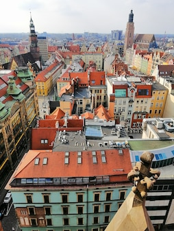 Foto vertical do centro de uma cidade de wroclaw, na polônia, com edifícios antigos coloridos