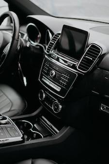 Foto vertical do interior do carro moderno de luxo.