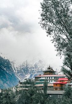 Foto vertical do mosteiro lochawa la khang em kalpa, himachal pradesh, durante o inverno frio