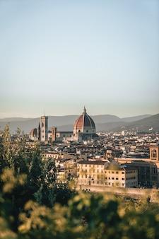 Foto vertical dos edifícios em florença, itália, de uma colina