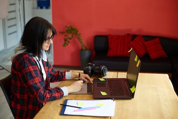 Fotógrafa criativa, usando tablet de desenho gráfico e caneta stylus fotógrafa criativa, usando tablet de desenho gráfico e caneta stylus